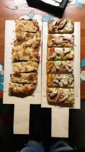 Pizza con verdure al vapore, mozzarella e sgombro. Focaccia con radicchio, bufala affumicata e speck.